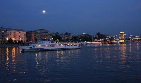Késő esti hajós városnézés svédasztalos vacsorával és élőzenével a Dunán/Night Dinner&Cruise