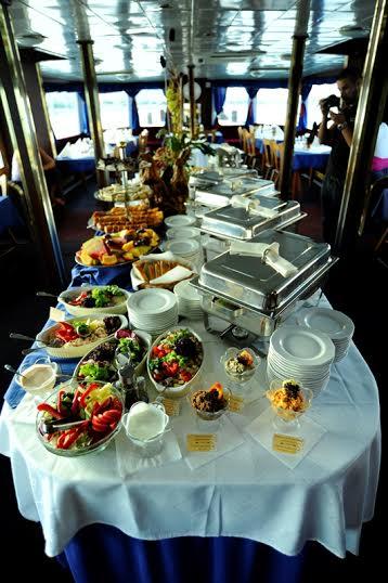 Késő esti hajós városnézés svédasztalos vacsorával és élőzenével a Dunán.