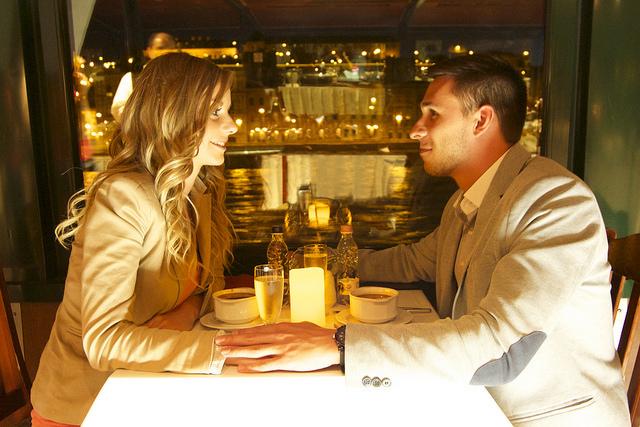 Valentin napi hajós városnézés élőzenével és svédasztalos vacsorával
