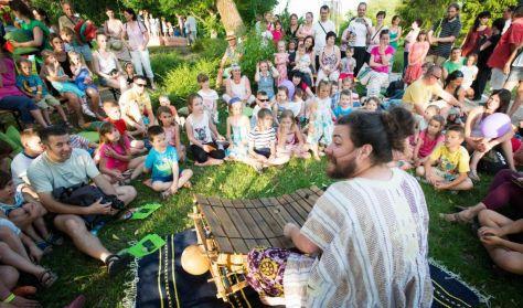 Danny mesél: A fán lakó gyermekek | Zenés interaktív mese | 3-8 éves korosztálynak
