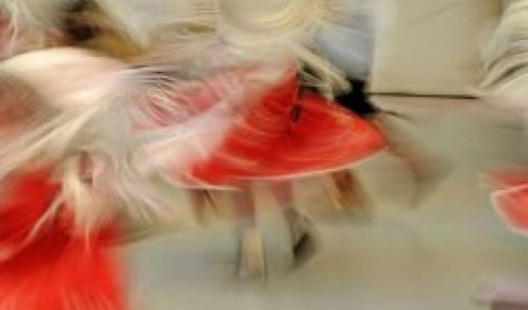 Magyar Állami Népi Együttes: Aranyba táncolva
