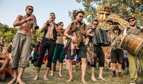 Fonó udvar: Csángálló zenekar