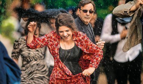 Esernyős Filmklub – Pezsgő és macaron: egy feledhetetlen kerti parti
