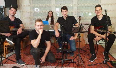 Tudunk-e együtt énekelni? Rendhagyó koncert László Attilával és zenekarával