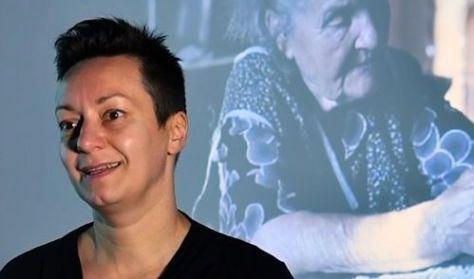 Ragó Anett pszichológus tárlatvezetése az EMLÉKMODELLEK kiállításban