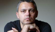 """""""mert csak az van, amire emlékszünk"""" - Dragomán György tárlatvezetése az EMLÉKMODELLEK kiállításban"""